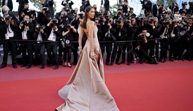 Бела Хадид очарова с невероятна рокля на фестивала в Кан