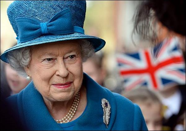 За тоалетите в ярки цветове на английската кралица