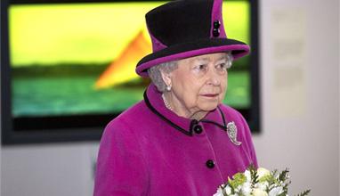 Защо тоалетите на английската кралица са в ярки цветове