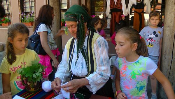 Иванка Рабаджийска от Елшица разказва приказка за българската носия