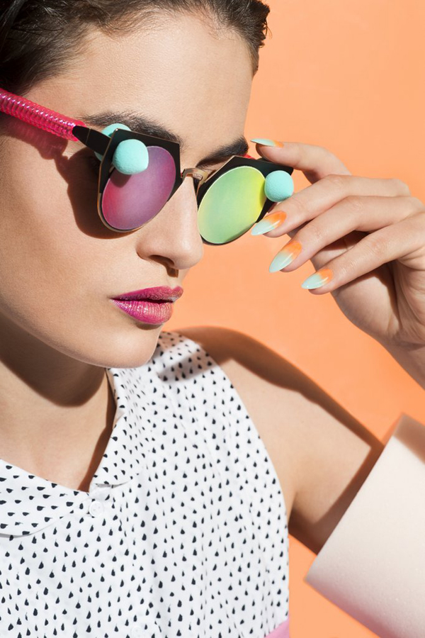 Маникюрът за лятото с ефекти на стъкло, 3D цветя, холограми, конфети и цветна дъга