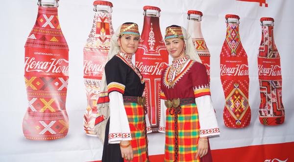 Кока-Кола вдъхнови стотици за неделно хоро