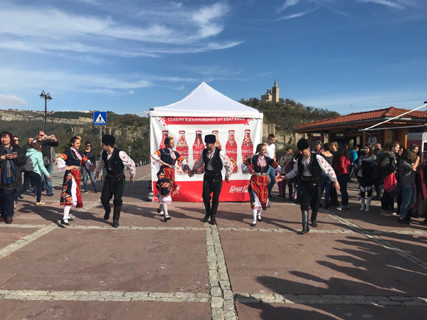 Стотици хора от шест български града се докоснаха до традициите с Кока-Кола