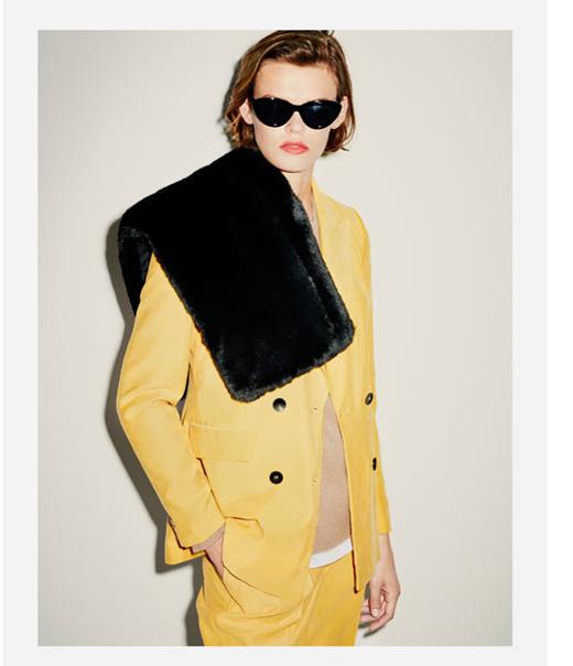 Хитът при модните тенденции за есен/зима 2017 при дамската мода  - костюмът