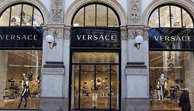 Модната къща Versace е на пазара