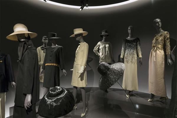 Надникнете в музея на Ив Сен Лоран в Париж