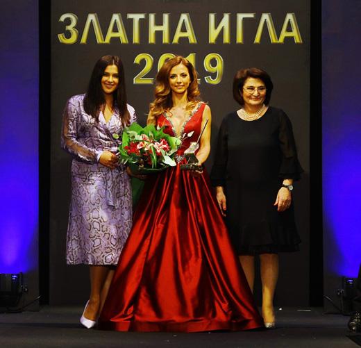 Радослава Лазарова заедно с г-жа Виолина Маринова и Елена Златева по време на церемонията.