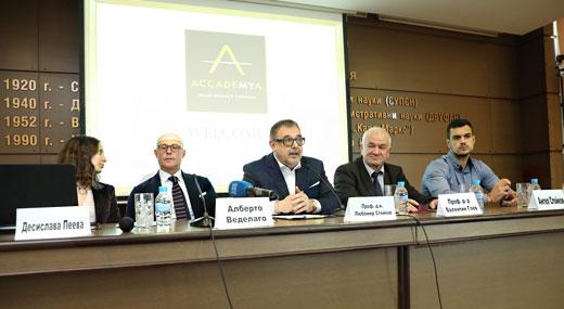 Алберто Веделаго и официалните лица по време на лекцията.