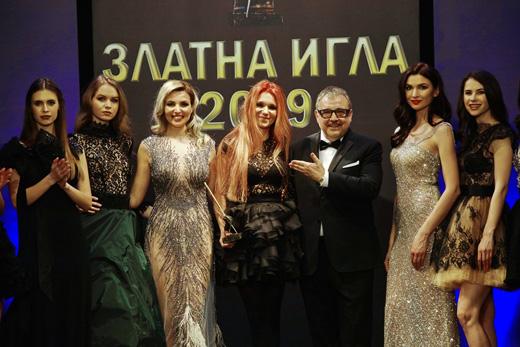 Проф. Любомир Стойков с Невена Николова и част от моделите, представили нейната колекция.