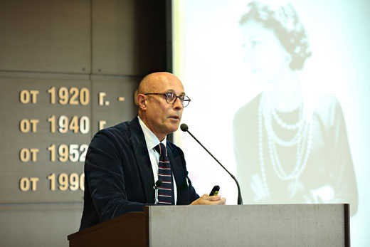 Алберто Веделаго по време на лекцията в УНСС.