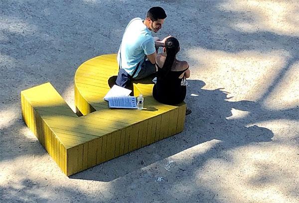 Разхождаш се в Париж и сядаш да си починеш на...българската азбука