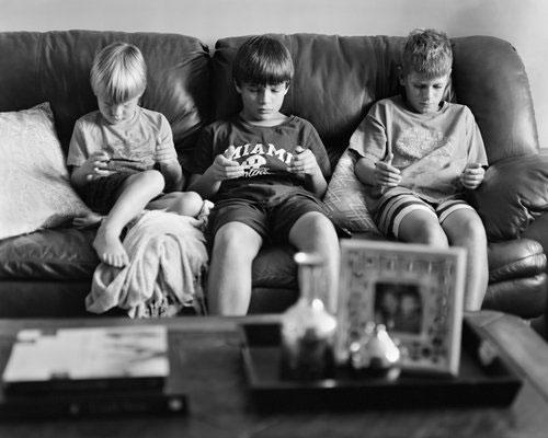 Американски фотограф публикува серия от редактирани снимки, за да покаже колко сме самотни