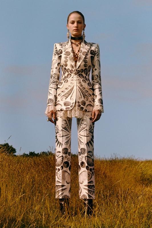 Героиня в новата колекция на Alexander McQueen е палеонтолог-любител
