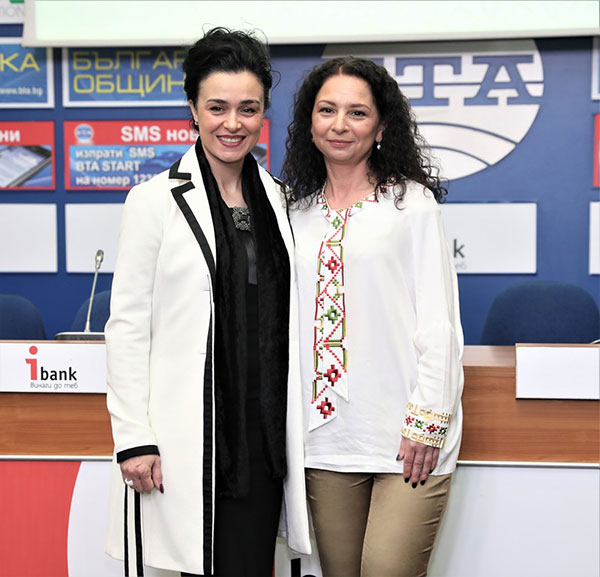 Венета Райкова превръща малката черна рокля в съвременна носия