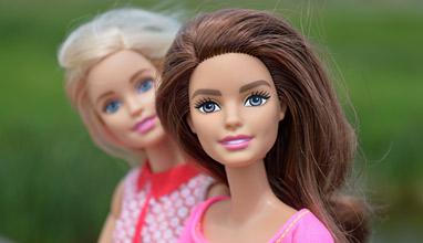 Куклата Барби става на 60 години, има собствен стилист, гримьор и фотограф