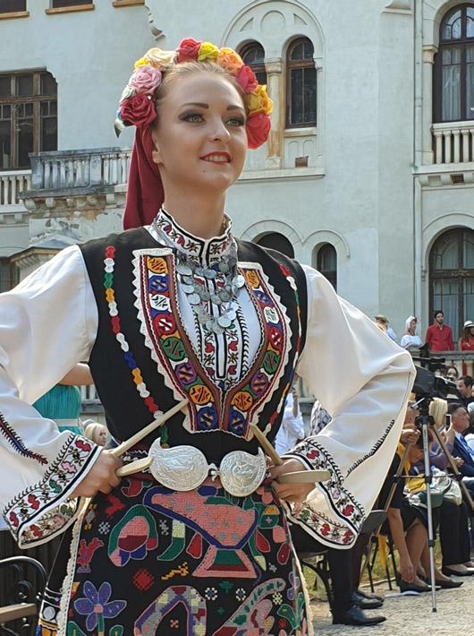 Н.В. Цар Симеон и Царица Маргарита бяха домакини на ревю на традиционни костюми от 14 държави