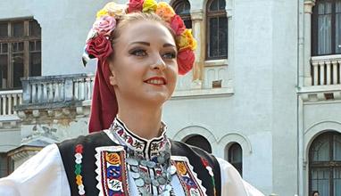 Н.В. Цар Симеон II и Царица Маргарита бяха домакини на ревю на традиционни костюми от 14 държави
