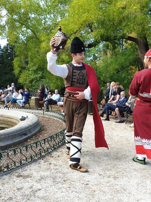 Н.В. Цар Симеон II и Н.В. Царица Маргарита бяха домакини на ревю на традиционни костюми от 14 държави