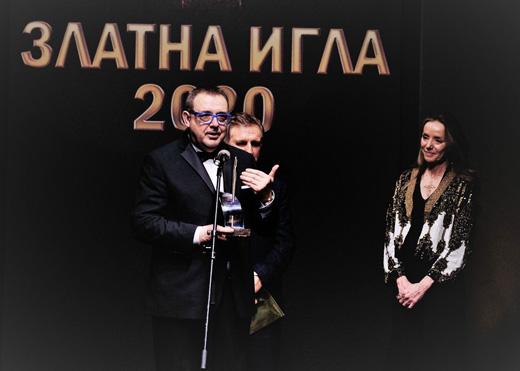 Проф. Любомир Стойков връчва статуетката на Мириам де Унгрия
