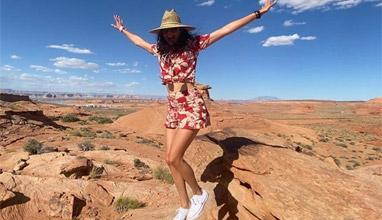 Нина Добрев на разходка сред скалите на Колорадо