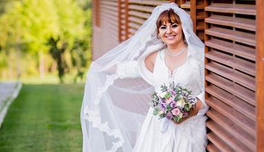 """Проф. Асена Стоименова избра булчинска рокля на модна къща """"Блинк"""""""