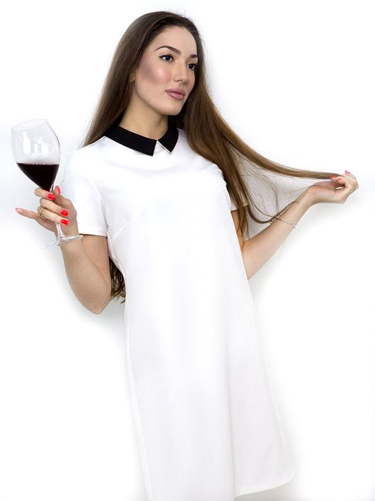 Бяла рокля с черна якичка