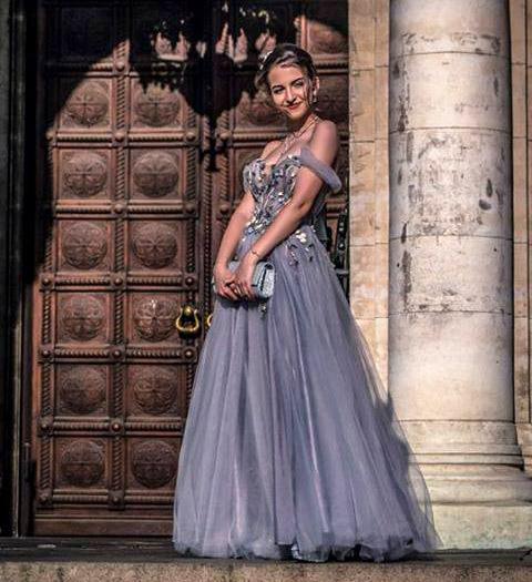 Най-стилните абитуриенти 2020 - Бални рокли в синьо и лилаво