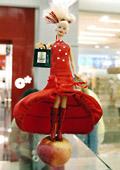 "Български дизайнери облякоха куклата ""Барби"""