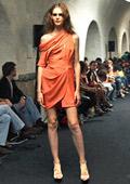 Асиметричните рокли с деколтета са на мода