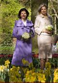 Създадоха рокля от цветя