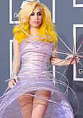 """Лейди Гага с футуристична рокля и ексцентричен клин на наградите """"Грами"""""""