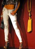 Calvin Klein акцентира върху белите дънки