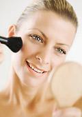 Жените слагат 515 химикала на лицето и тялото си