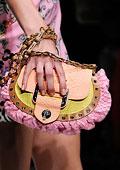 Оживете пролетта с цветни чанти