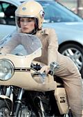Кийра Найтли яхна Ducati за фотосесия за Chanel