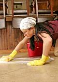 Миенето на пода топи повече калории от фитнеса