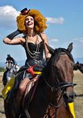 Тюл, дантели и пера на модно ревю с коне