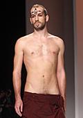 Джузепе Сартори без дрехи на Седмицата на мъжката мода в Милано