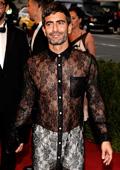 Марк Джейкъбс се появи в дантелена рокля на светско събитие
