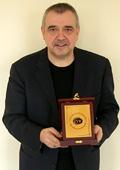 Професор  Любомир Стойков със златен Плакет на  СБЖ