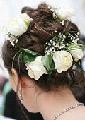 Булките с цветя в косата през зимата