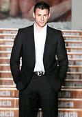 Черен костюм с бяла риза е класика за елегантния мъж